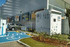 WEG fornece sistema de armazenamento de energia elétrica com baterias de íons de lítio para estação de recarga de veículos elétricos, em Florianópolis