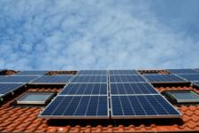Energia solar cresce 407% em um ano no Brasil impulsionada por painéis em residências