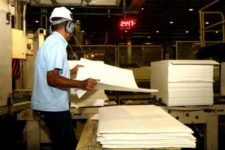 Produção industrial recua em 8 dos 14 locais pesquisados pelo IBGE em fevereiro