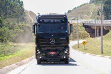 Mercedes-Benz reforça presença no transporte de bebidas